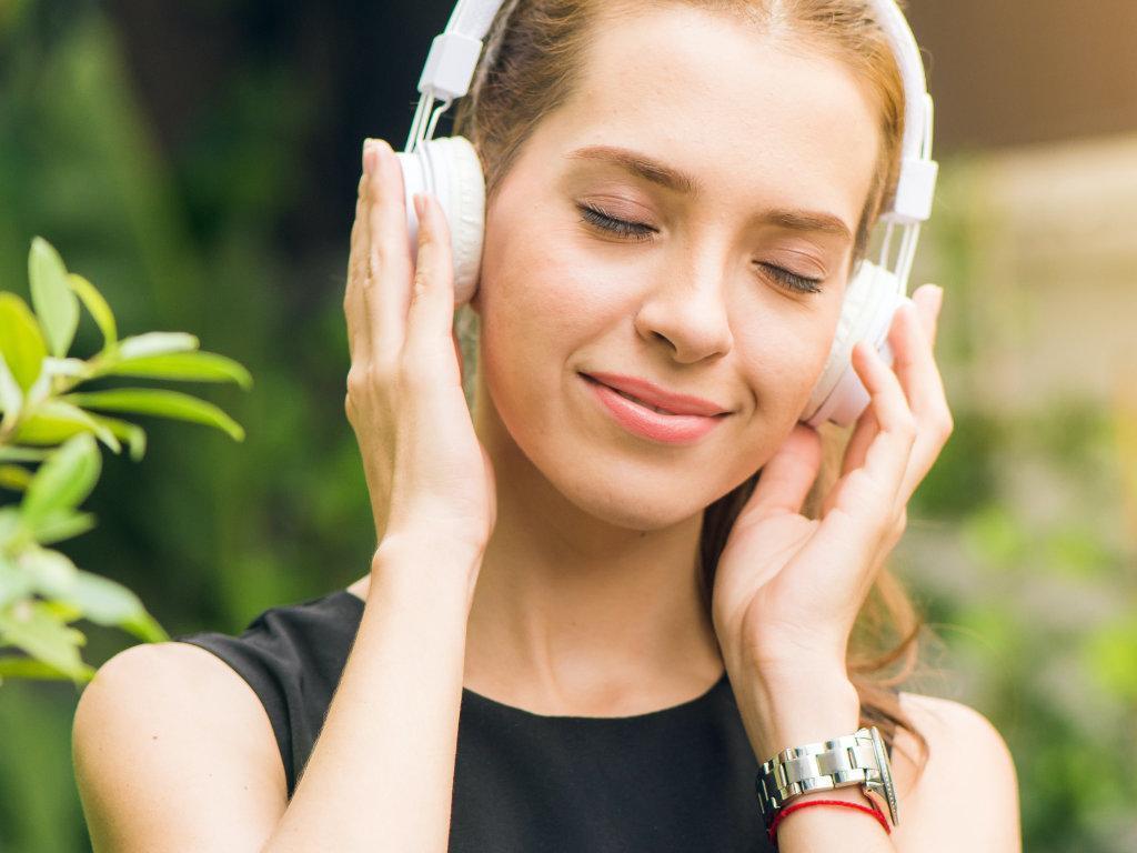 Chica escuchando un podcast sobre literatura y averiguando que quiere montar uno